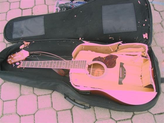 rozbitá kytara